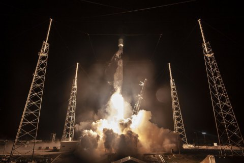 SpaceX запустила ракету с рекордным количеством спутников
