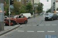 Автомобиль с иностранными номерами устроил ДТП в центре Киева
