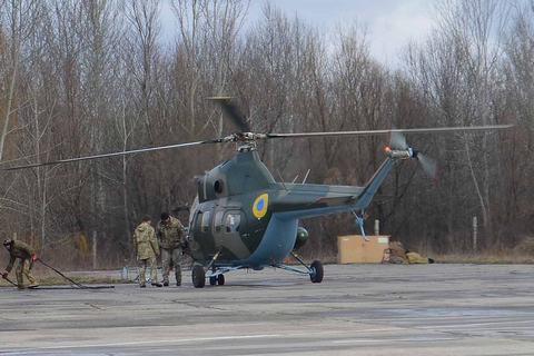В Бродах военный вертолет Ми-2 упал на бок во время взлета (обновлено)