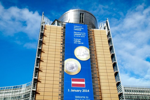 Баннер на здании Еврокомиссии в Брюсселе, приветствующий вступление Латвии в Еврозону