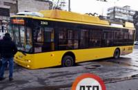 У Святошинському районі Києва під тролейбусом провалився асфальт
