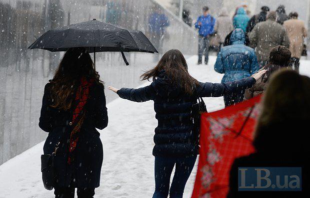 Без зонта на улицу лучше не выходить.