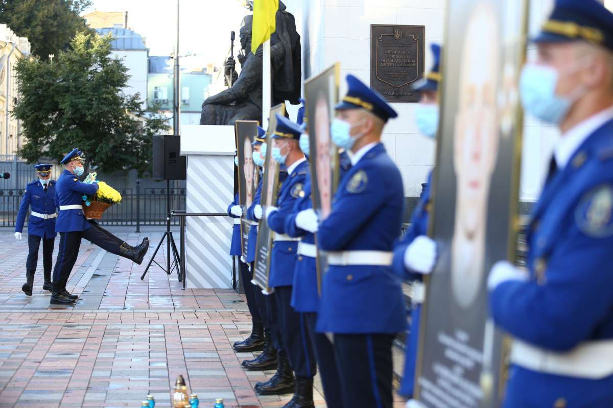 Почтение памяти погибших 31 августа 2015 года под парламентом нацгвардейцев
