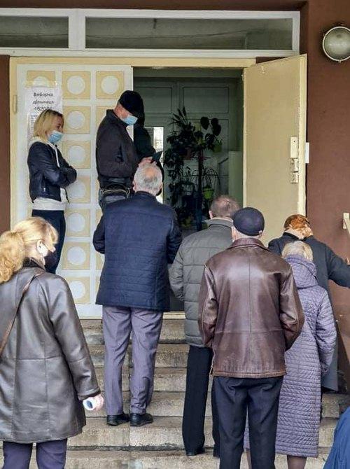 Черга при вході на дільницю 462006 у Львові