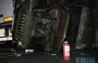 На подъезде к Киеву в результате ДТП загорелся грузовик