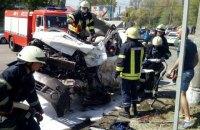 В Днепре фура без тормозов протаранила 13 автомобилей и влетела в парковку