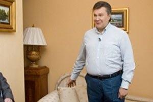"""Янукович не советует СМИ """"лезть"""" в Межигорье """"всякими руками"""""""