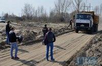 Активисты заблокировали вывоз незаконно добытого песка из озера на Осокорках в Киеве