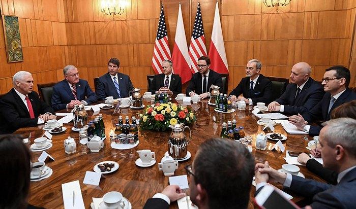 Прем'єр-міністр Польщі Матеуш Моравецький (праворуч) і віце-президент США Майк Пенс (зліва) та інші учасники міжнародної конференції у Варшаві, присвяченій питанням Близького Сходу