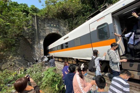 В Тайване в результате аварии с поездом погибли более 40 человек (обновлено)
