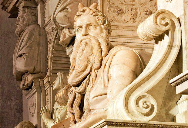 Из-за ошибки в переводе (слово лучился перевели как слово рог) в западноевропейском искусстве, в живописи и скульптуре эпохи Ренессанса пророка Моисея изображали с двумя исходящими от головы лучами, а порой и с небольшими рогами