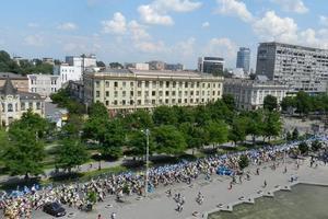 5 тисяч випускників пройшлися Дніпропетровськом з синіми та жовтими кульками