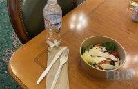 Депутаты показали, чем питаются в условиях закрытого буфета Рады