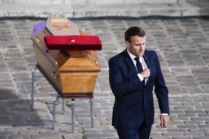 Еммануель Макрон на церемонії прощання з убитим вчителем Самуелем Паті у дворі університету під час всенаціональної акції в Парижі, 21 жовтня 2020.