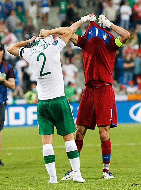 Гравець збірної Ірландії Шон Санкт-Леджер й італійський воротар Джанлуїджі Буффон міняються футболками