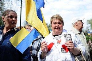 Сторонники Тимошенко возле Высшего спецсуда слушают военные марши