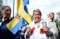 Прихильники Тимошенко біля Вищого спецсуду слухають військові марші
