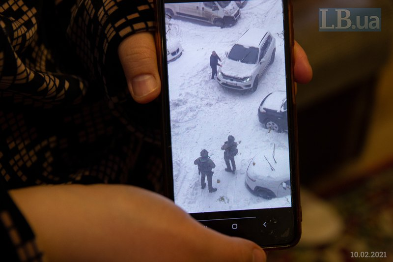 Назокат показує відео очевидців нещодавніх затримань у Білій Церкві.