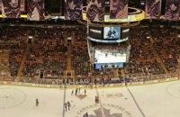 В НХЛ вратарь пропустил шайбу, отскочившую от стекла за воротами