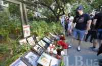 Кияни несуть квіти та свічки до посольства Білорусі після смерті активіста Шишова