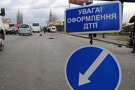 В центре Киева Mercedes вдавил пешехода в стену