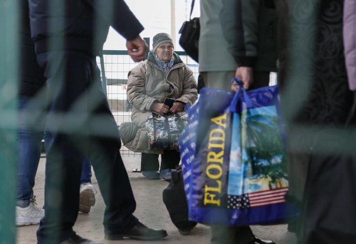 Жителі окупованих територій на КПП «Оленівка» під час переходу на підконтрольну Україні територію, 14 березня 2020.