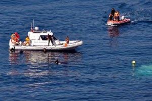 Спасатели ищут 166 человек в море после крушения судна с торговцами