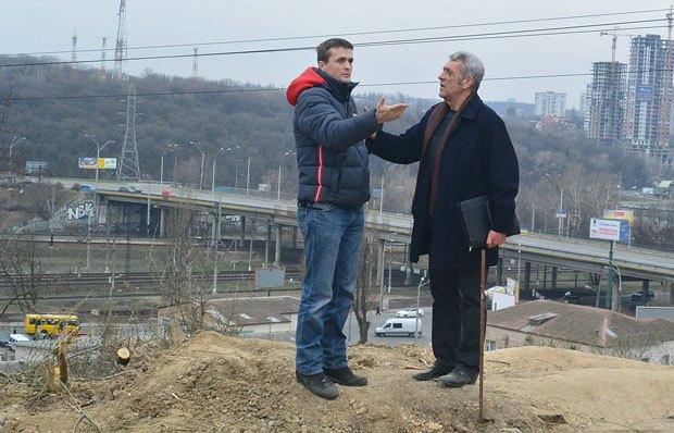 Ігор Луценко (зліва) під час акції на вул. Звіринецькій 72