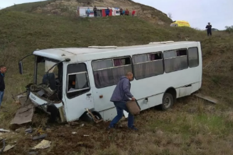 У Криму рейсовий автобус «вилетів» у кювет: одна людина загинула, восьмеро травмовані