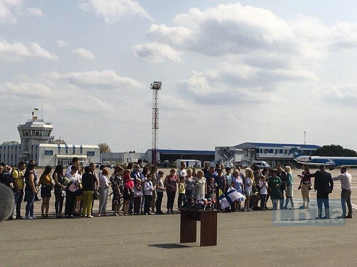 Родственники в ожидании встречи в аэропорту