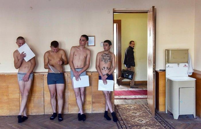 Парни ожидают своей очереди, чтоб пройти медкомисию, Львов, 8 октября 2019.