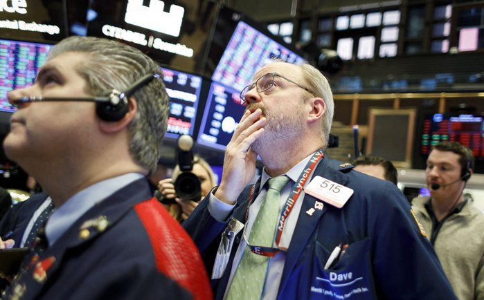Трейдеры работают на площадке Нью-Йоркской фондовой биржи, США, 28 февраля 2020.