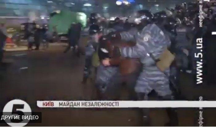 Момент затримання беркутівцями протестувальника Володимира Дудка 30.11.2013