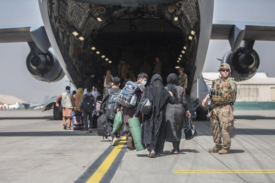 Морпіхи США керують процесом евакуації сімей в міжнародному аеропорту Хаміда Карзая, Кабул, Афганістан, 23 серпня 2021 р.