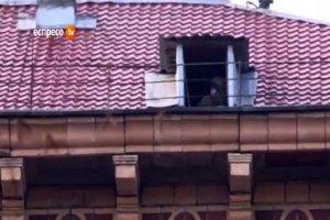На дахи будинків по вулиці Грушевського посадили снайперів?