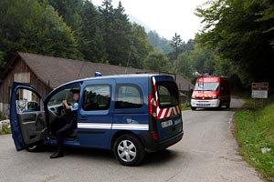 Біля французького озера знайшли дівчинку, яка вижила після вбивства батьків