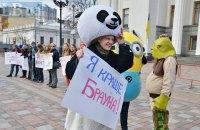 Возле Рады прошел костюмированный протест против кандидатуры Брауна на пост аудитора НАБУ