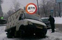 На Голосіївському проспекті в Києві під колесами вантажівки провалився асфальт