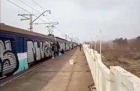 Под Днепром неизвестные остановили электричку и разрисовали вагоны