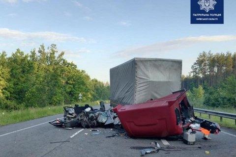 На трассе Киев - Ковель ограничено движение из-за смертельного ДТП с грузовиком и легковым автомобилем