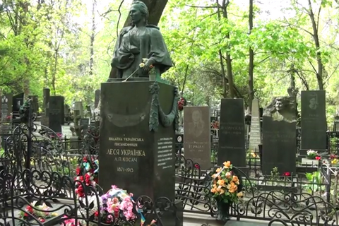 Злодій здав бронзові деталі з могили Лесі Українки на металобрухт, а гроші пропив