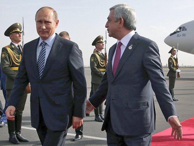 Президент России Владимир Путин (слева) и президент Армении Серж Саргсян в Ереване, Армения, 14 октября 2016 года.