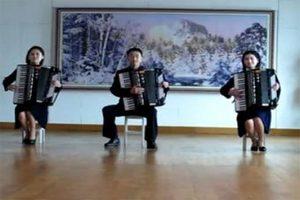 Северокорейские аккордеонисты исполнили хит группы a-ha