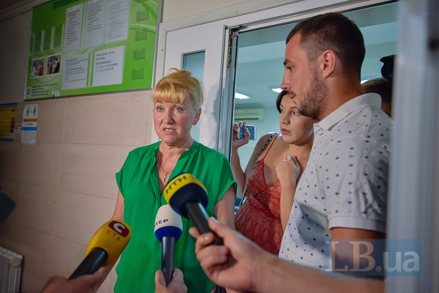 Леся Дрофа дает комментарии журналистам