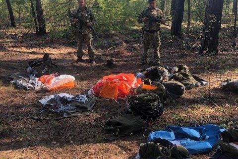 Прикордонники виявили на кордоні з РФ 10 пакетів з парашутами