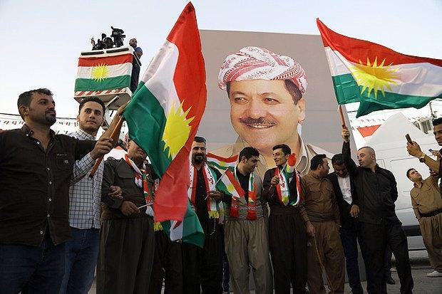 Курды с портретом президента иракского Курдистана Масуда Барзани во время марша в поддержку референдума о независимости региона