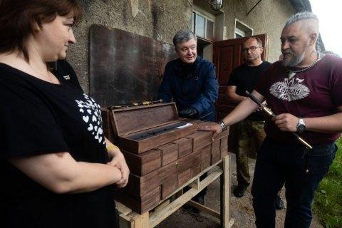 Петро Порошенко у Надвірній передав допомогу для відбудови родинної кузні батька військового моряка Андрія Ейдера