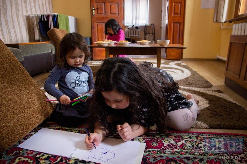 Фатіма демонструє, як навчилася малювати кота