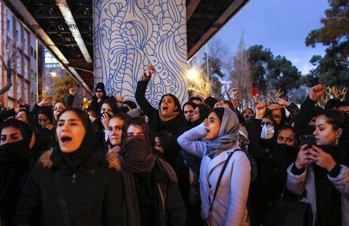 Иранские студенты протестуют после крушения Boeing 737-800 МАУ перед Университетом Амира Кабира в Тегеране, 11 января 2020.
