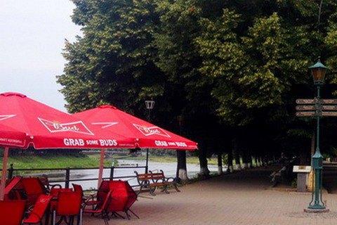 С террас ужгородских кафе украли зонтиков на 125 тыс. гривен